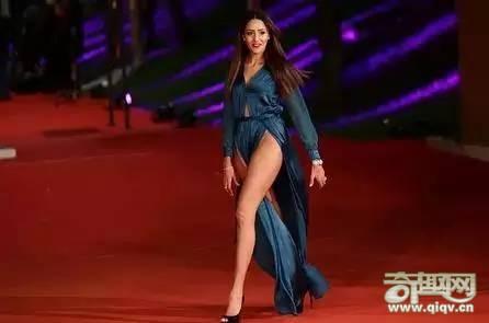 女星走红毯,突然刮来一阵强风