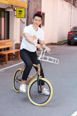 黄晓明骑竹制自行车倡导环保 将在内蒙古种一万颗树