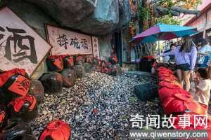 三亚游客排队喝摔碗酒,十元摔一碗,摔碎的酒碗堆成了一座小山