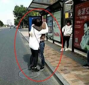 小情侣站台前忘情激吻,路人都尴尬不已,下一秒悲剧却发生了