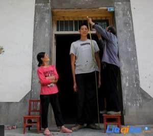 陕西巨人36岁还长高 年年增高现已2米14