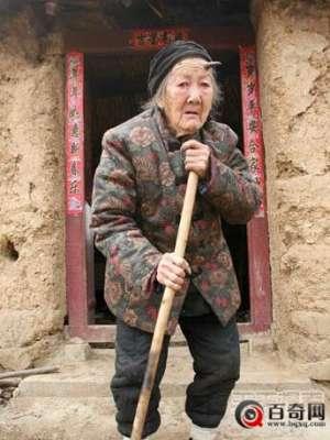 河南百岁老人头上长犄角 吓坏全村人