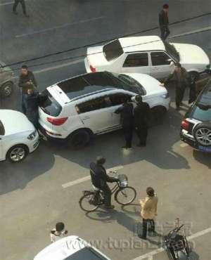 吉林警方街头持枪抓捕3名嫌犯 引市民围观
