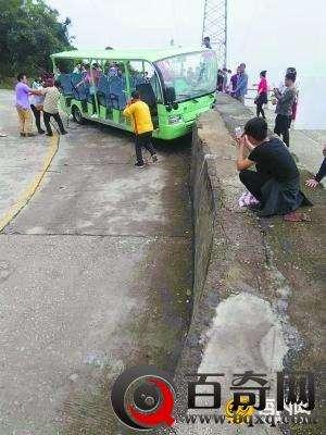广东观音山景区观光车撞墙 十余名游客受伤
