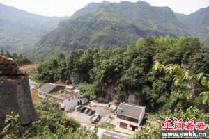 四川住宅区惊现60米深30米天坑