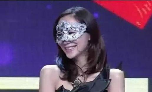 她带着面具去参加相亲节目,结果全场无人留灯