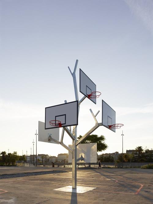"""""""树""""篮球架  拥有五个高低不同的篮板"""