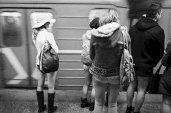 美国最无节操节日:无裤节(穿内裤在地铁上游行)